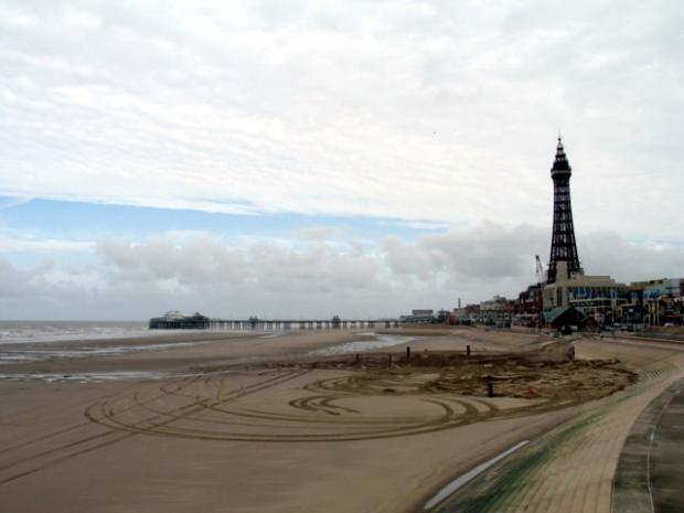 Lancashire Telegraph: Blackpool Beach cc-by-sa/2.0- ©Gerald Massey-geograph.org.uk/p/1519100