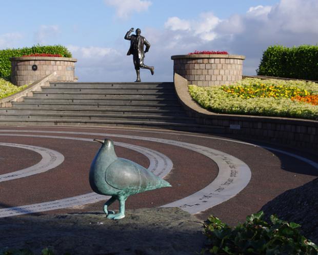 Lancashire Telegraph: Eric Morecambe statue cc-by-sa/2.0 - © Ian Taylor - geograph.org.uk/p/3103668