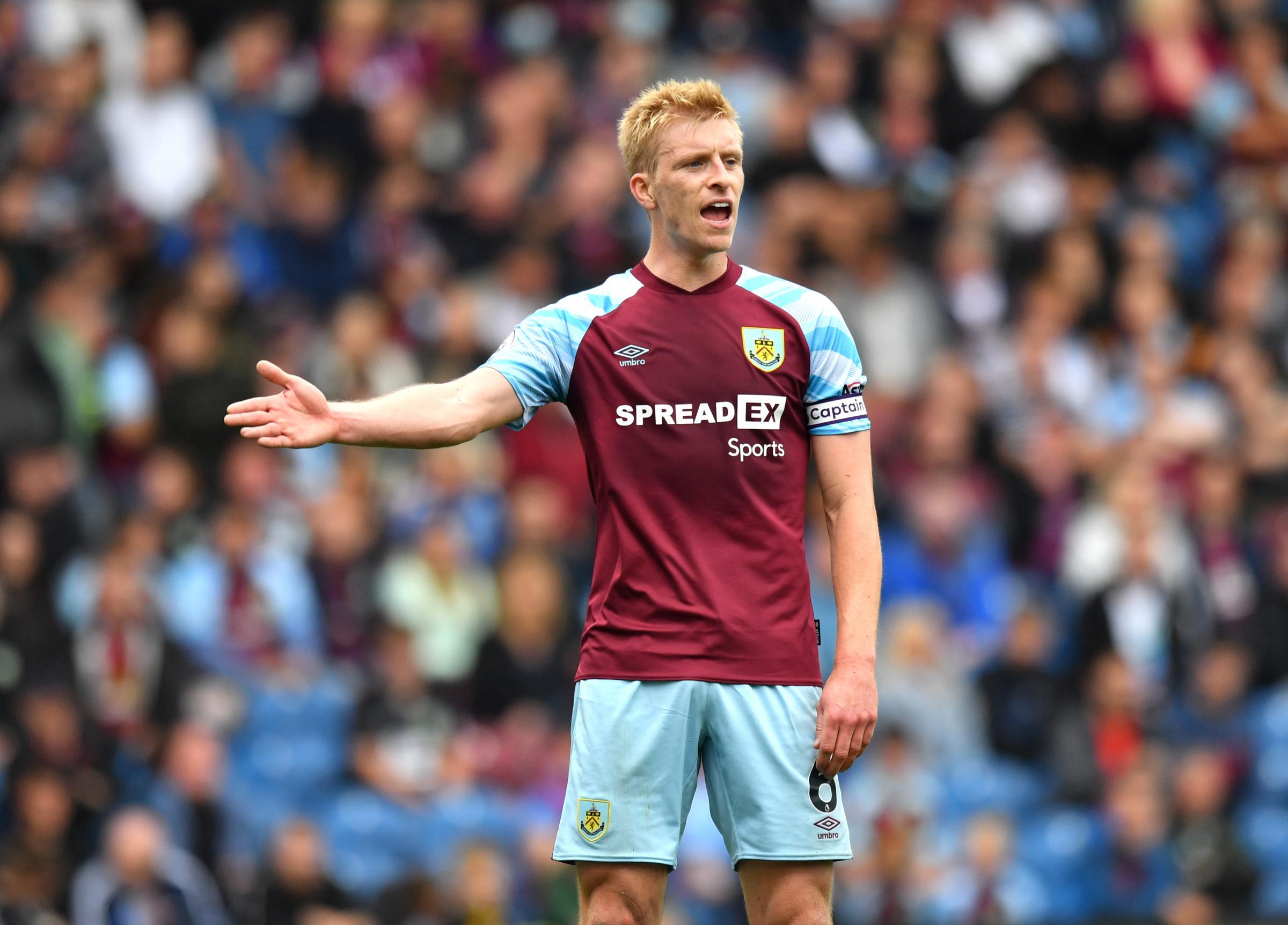 Ben Mee absen dari perjalanan Burnley ke Man City setelah dinyatakan positif Covid-19