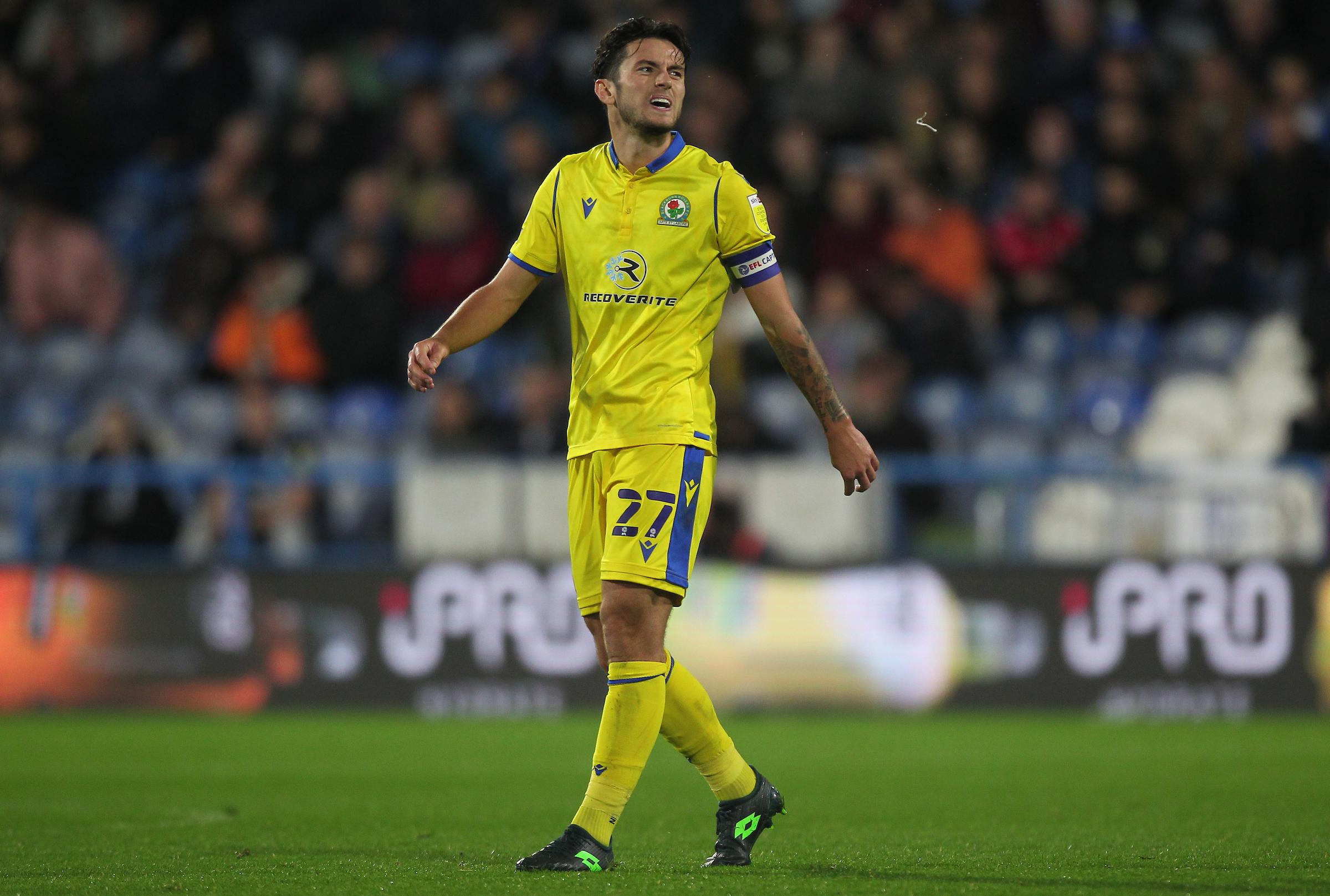 Lewis Travis de Blackburn Rovers tiene 'las cualidades de un capitán'