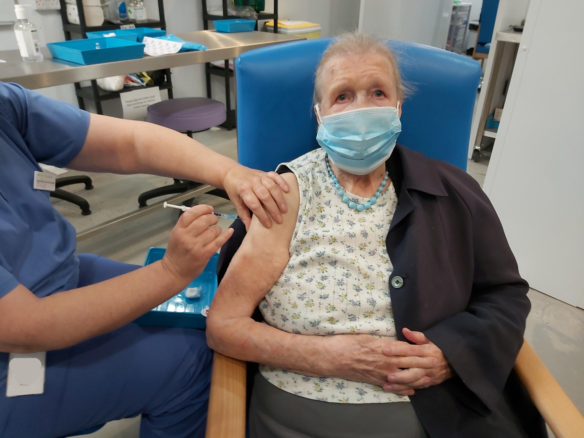 Blackburn, de 102 años, recibe su golpe de refuerzo para animar a los demás