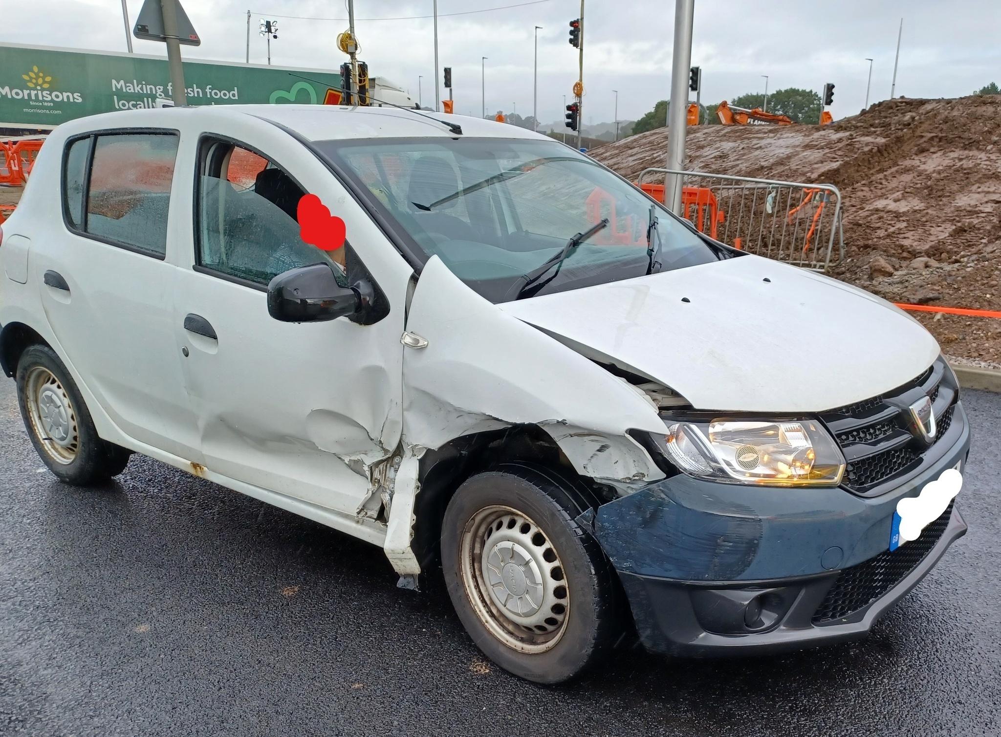 Polisi menghentikan pengemudi saat mobil yang hancur terlihat melaju di M6