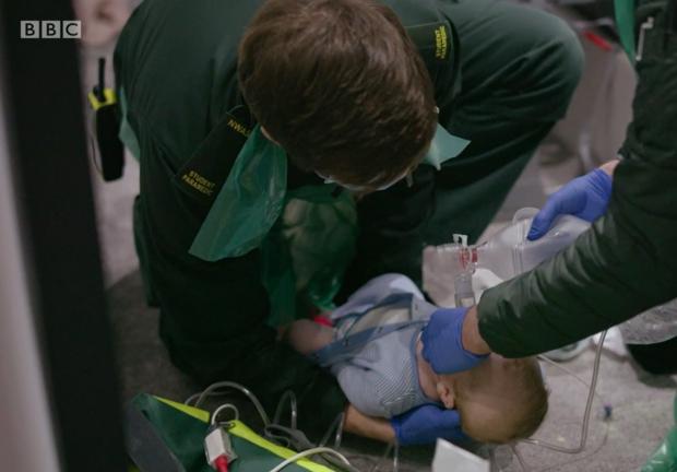 Lancashire Telegraph: Baby Freddie estaba luchando por respirar (Foto: BBC)