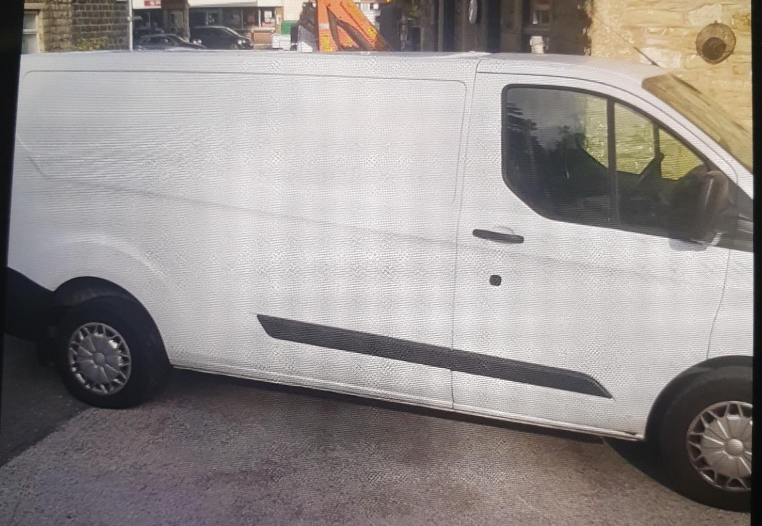 Oficiales recuperan camioneta blanca robada en Rawtenstall