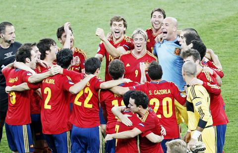 Spanish players celebrate their win.