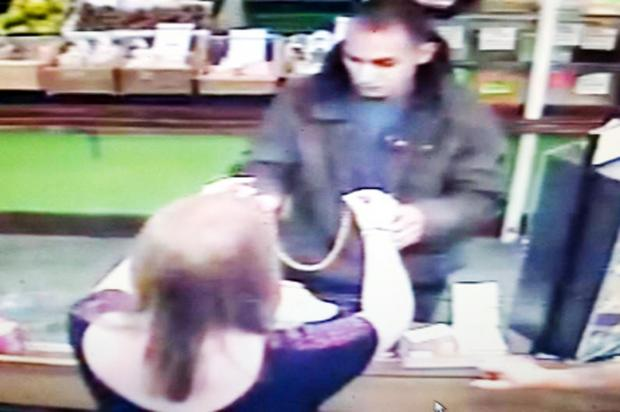 Lancashire Telegraph: Hunt for man who grabbed necklace from Darwen jeweller