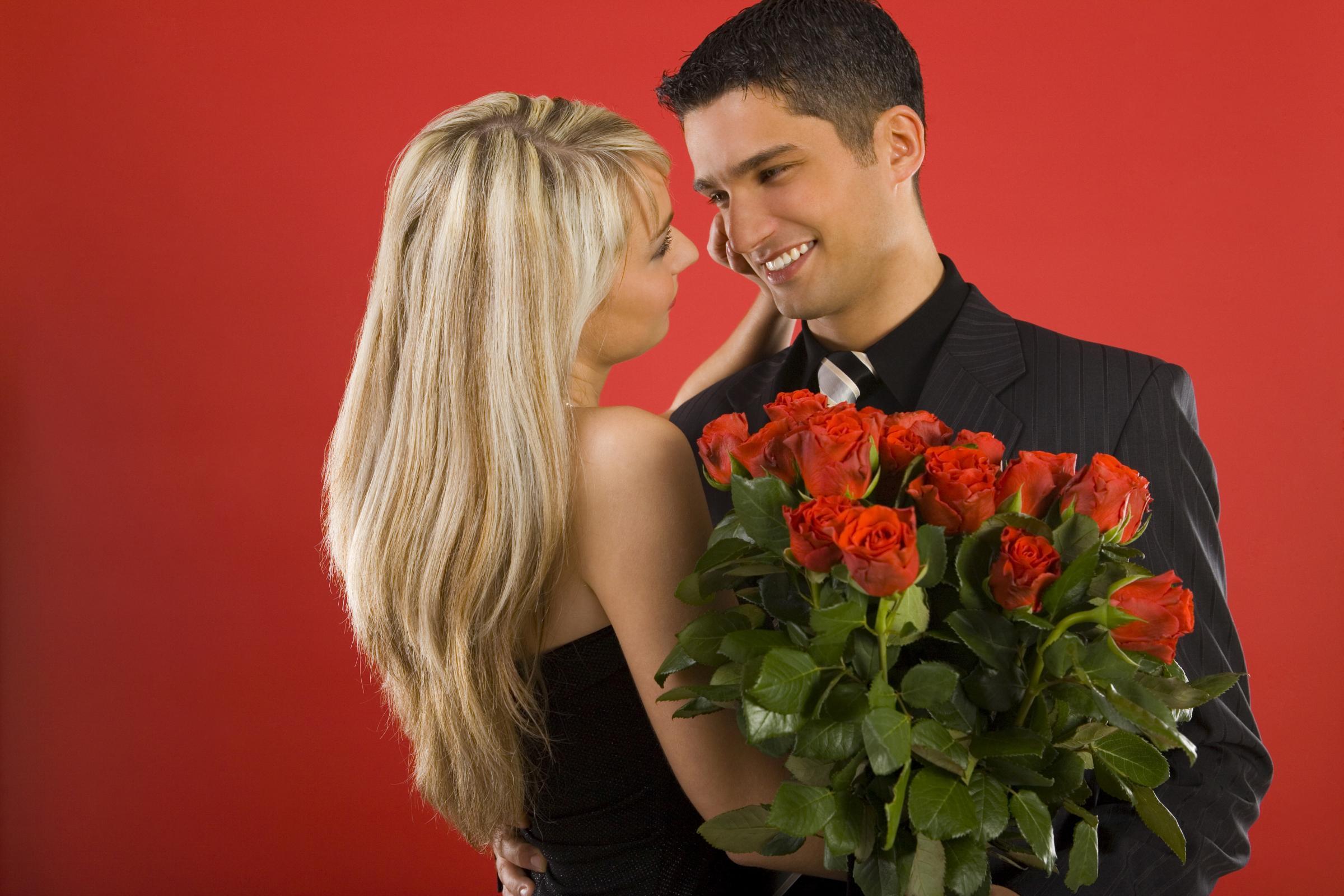 Фото девушка дарит букет цветов