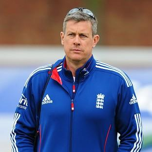 Ashley Giles has distanced himself from the public row between Kevin Pietersen and Matt Prior