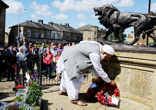 Habib Urrehman, of Sultania Mosque, lays a wreath at Brierfield war memorial