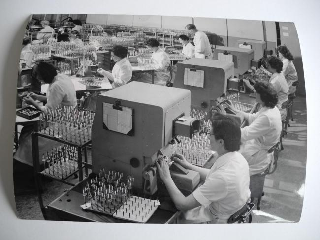 operatives at Mullard Simonstone manufacturing television tubes in 1959